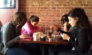 Så hyggelig med en koselig jentekveld på by'n - logg av mobilen i blant