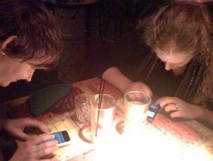 Ungt par som diskuterer fremtiden sin - logg av mobiltelefonen i blant