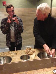 Bestefar tenker visst på andre ting på toalettet - logg av mobiltelefonen i blant