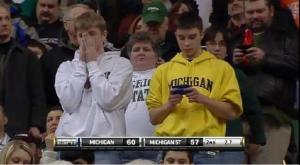 Begge guttene heier på favorittlaget sitt - logg av mobiltelefonen i blant