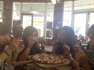 Pizza er skikkelig digg - men telefonen er tross alt viktigere