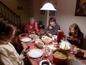 så hyggelig at alle er samlet til den gode samtalen rundt familiebordet