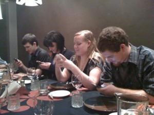Unge mennesker feirer - sannsynligvis mobilens fødselsdag