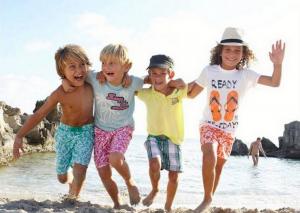 Barn på ferie på (u)hyggelig strand