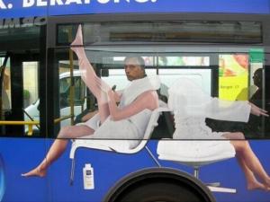 Mann med strømper på bussen
